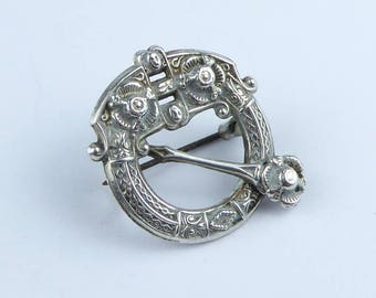 Silver Penannular brooch with nice celtic design - Hallmarked Chester 1917