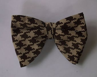 Vintage Mens Bow Tie Brown Houndstooth with Beige Polyester 70s Clip On Bow Tie, Groovy Disco Era 1970s