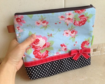 Flowe and black dots pouch: blue