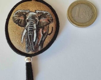 Hand-painted natural stone pendant with an animal motif (African elephant), original and unique, artisan work. Vegan product.