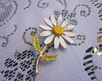 1960's Vintage signed Accessocraft NYC Gold Tone Enamel Daisy Brooch
