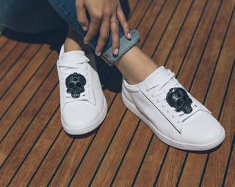 Totenkopf-SneakerBug I schwarz mit Swarovski-Steinen für deine Schuhe.