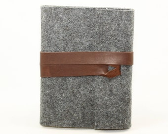 Notebook wrapping made of grey wool felt and and brown leather strap, journal, pocketbook
