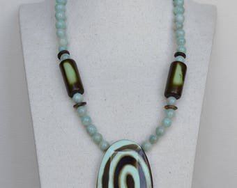 Short necklace in natural stones of amazonite.