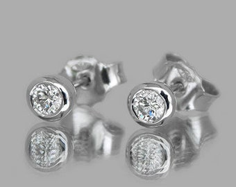 18K Round Diamond Stud Earrings
