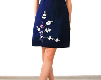 Ribbed dress with embroidered flowers of lilac ribbons