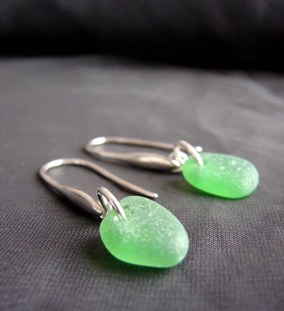 Horizon sea glass earrings in kelly green