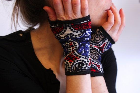 Short glove graphic Arabesque, red/blue/white/black jersey cotton lined. Mitten fabrics