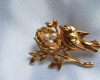 Vintage Bird Brooch / Bird brooch with nest / Gold and Pearl brooch / Bird Pin / Bird on a branch / Bird with nest pin / Gold bird brooch