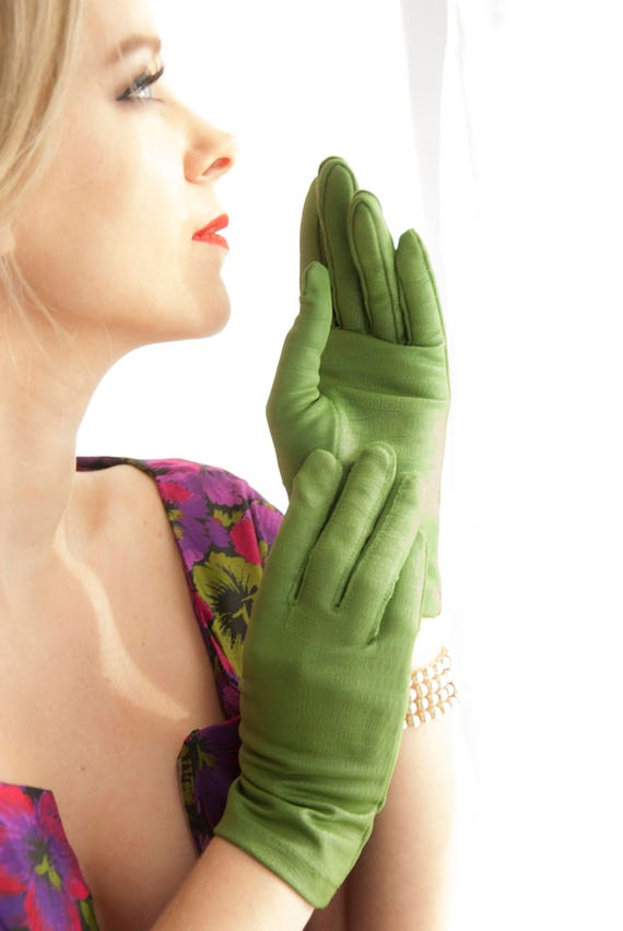 Vintage green reptile gloves, 1950s short wrist length, avocado leather-look pin-up formal prom S