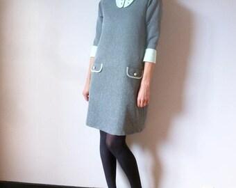 """Robe rétro trapèze grise à col et poignets """"vert d'eau"""" en coton piqué OPALINE"""
