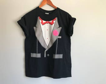 Vintage 80s 90s Tuxedo T-Shirt Graphic Novelty Print Tee Formal Tux Black Shirt Kitschy Funny Magician Bow Tie Halloween Costume Size Medium