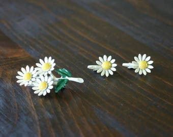 Vintage 60's Daisy Painted Enamel Brooch with Matching Clip On Earrings M-891