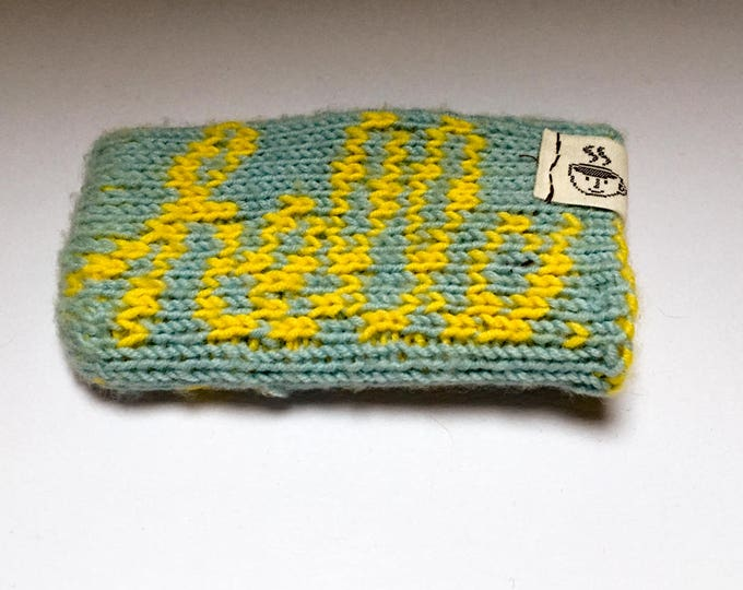"iPhone SE sleeve ""Macintosh"" handknit in blue and yellow"