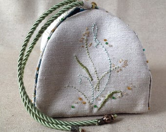 Small box soft Embroidered silk and linen.