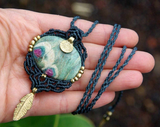 Macrame necklace, with precious FUCHSITA with RUBÍ, with feather, fairy necklace, goddess jewelry, nickel-free, talisman yoga, amulet stone