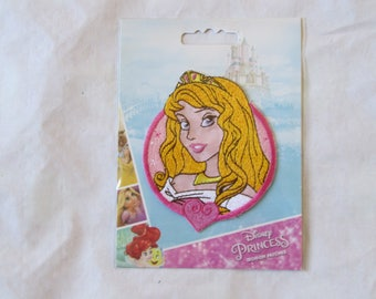 Pattern Disney princess iron on a garment to decorate that appeals to young adults yellow white red