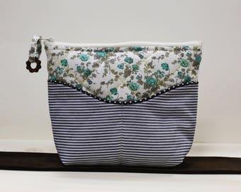 Petite trousse molleton fleurie et rayures, deux poches avant et une grande ouverture fermeture éclair // Small blue bag with flowers