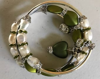 Baroque pearl and green memory wire bracelet