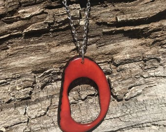 Collier mi-long en ivoire végétal rouge et métal argenté