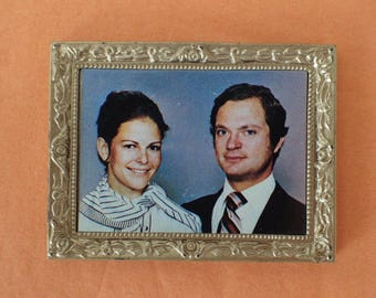 Vintage Lundby picture  1970s. Royal. H.M. King Carl XIV Gustaf and H.M. Queen Silvia of Sweden. Dollhouse painting, dollshouse decor.