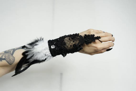 Fingerless gloves with black and white feathers / fingerless gloves with white and black feathers burlesque gothic wedding
