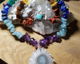 Central stalactite of quartz and chakras necklace with clasp in silver and turquoise
