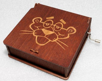"Pink Panther #4 - Engraved Wooden Music Box - ""Pink Panter"" Inspector Clouseau True Detective - Hand Crank Movement"
