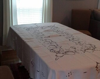 Lovely and Large Tablecloth and eight dinner size napkins