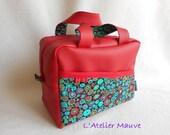 GRANDE TROUSSE de TOILETTE, forme vanity, en simili rouge et coton imprimé multicolore