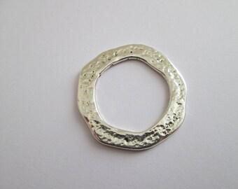 1 pendentif cercle asymétrique martelé en métal argenté 40 mm