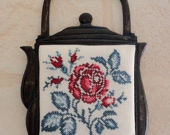 """Embroidery """"roses Digoin"""" kettle in brass frame"""