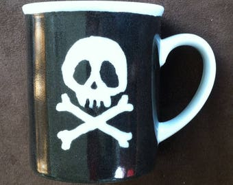 Mug in porcelain patterns pirate and skull