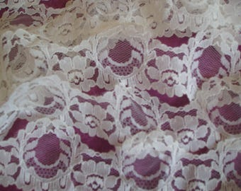 5 meters of beautiful scalloped lace of Calais