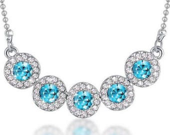 Collier argenté cristal à facette bleu azur et chaine argenté.