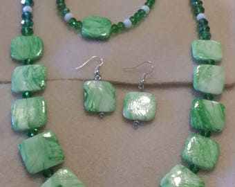 3 pice jewelry set in green and white glass