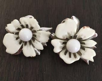 1940's White flower Clip-on Earring