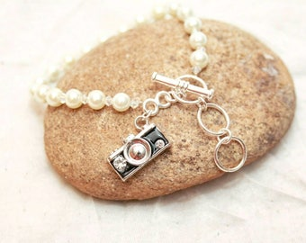 Camera bracelet, gift for photographer, camera charm, wedding photographer gift, photographer jewelry, gift for artist, camera jewelry