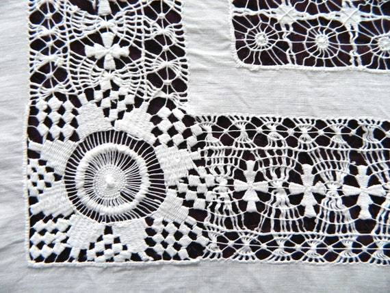 """Gorgeous Vintage White Linen Tablecloth with Lace Border and Drawn Work 44"""" Square"""