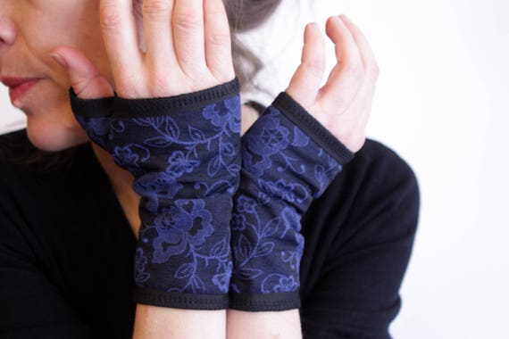 Cuff/mitten short floral patterned bright blue. mesh and Jersey cotton