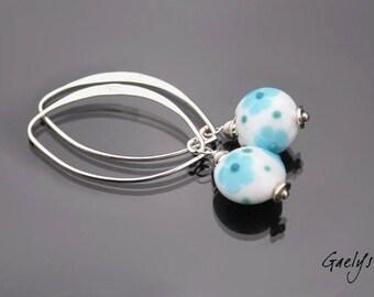 C'est encore l'été - boucles d'oreille perles mini lentille blanches, fleurs turquoises - bo gaelys