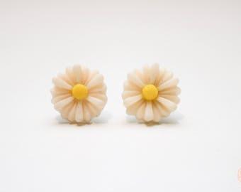 Cream dasiy stud earrings.