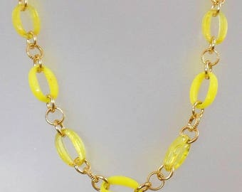 SALE Vintage Yellow and Gold Lucite Necklace.  1970s Yellow and Gold Oval Link Necklace. Mod.