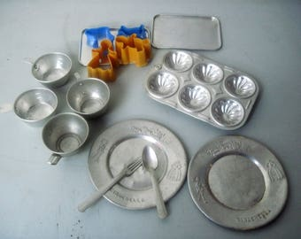 Lot of Vintage Childs toy tin cookware dishes bakeware