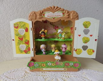 Strawberry Shortcake Display/Storage Case with Six Mini Figures, 1988.