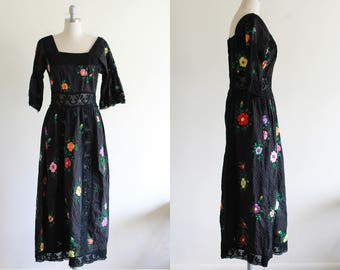 Vintage 70's Black Embroidered Cotton Dress / Mexican Wedding Dress / Hippie Boho Timeless Vintage Dress / S M