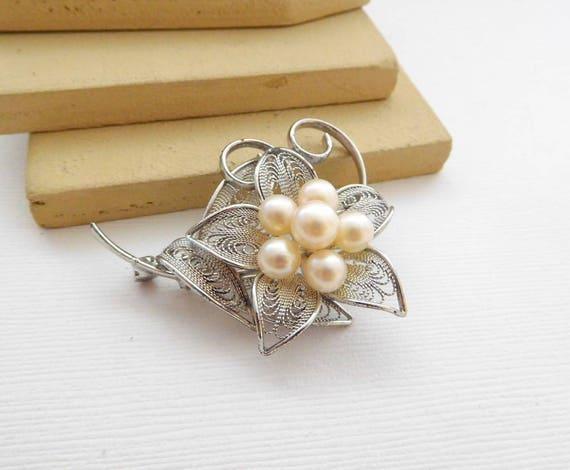 Vintage Silver Tone Filigree Cream Glass Pearl Cluster Flower Brooch Pin KK9