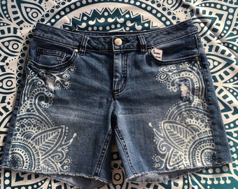UniqueHand painted bleached denim jean shorts size small (4)