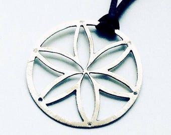 Silver round flower necklace