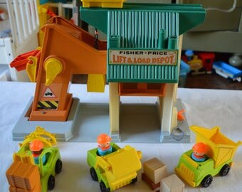 Vintage FISHER PRICE   Play Family House   Lift & Load Depot   1976   playset # 942